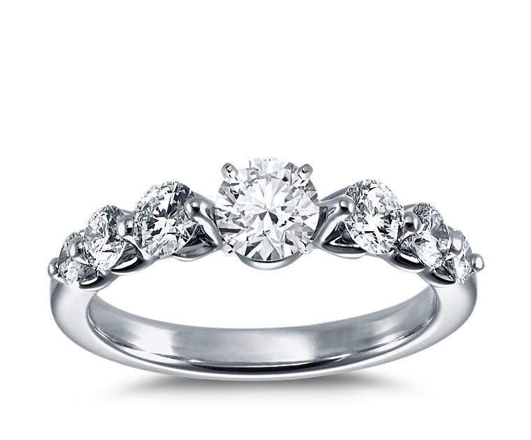 The Queen Diamond - 0,50 ct Zentraldiamant + 0,70 ct Seitensteine Diamantring in Weissgold
