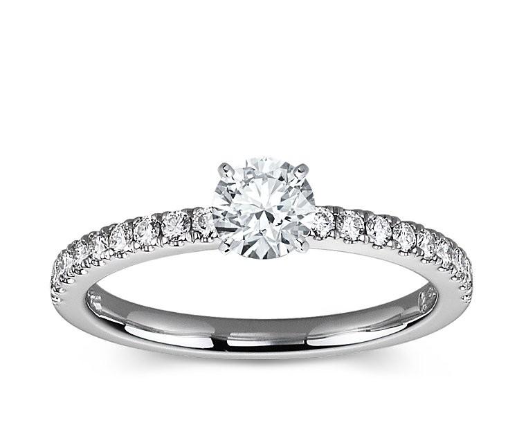 The Queen Diamond - 0,20 ct Zentraldiamant + 0,36 ct Seitensteine Diamantring in Weissgold
