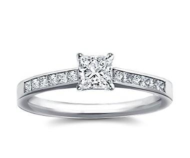 The Queen Diamond - 0,20 ct + 0,60 ct Seitensteine Diamantring in Weißgold