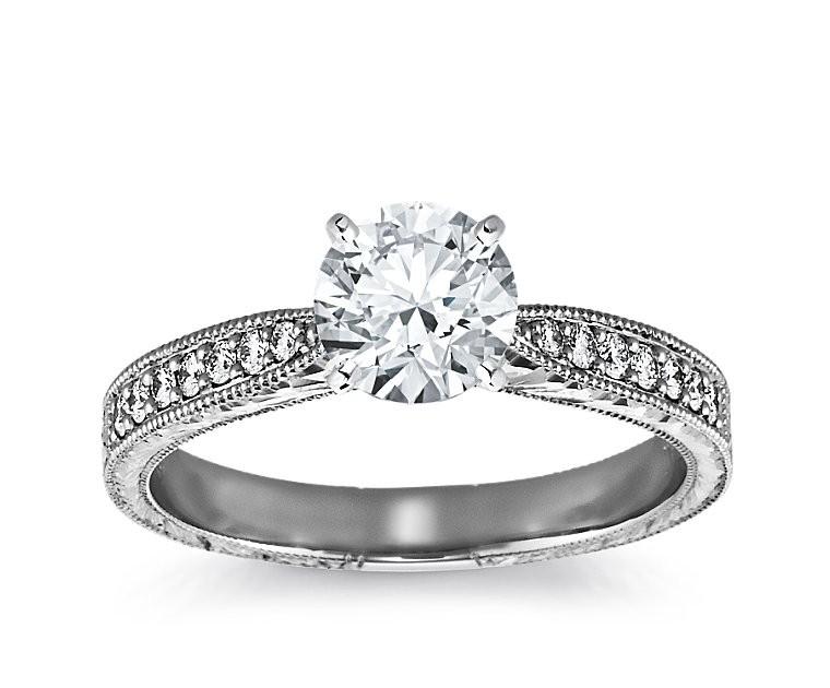 The Queen Diamond - 1,00 ct Zentraldiamant + 0,48 ct Seitensteine Diamantring in Weissgold