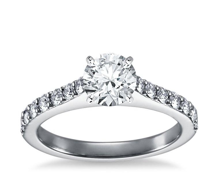 The Queen Diamond - 1,25 ct Zentraldiamant + 0,70 ct Seitensteine Diamantring in Weissgold