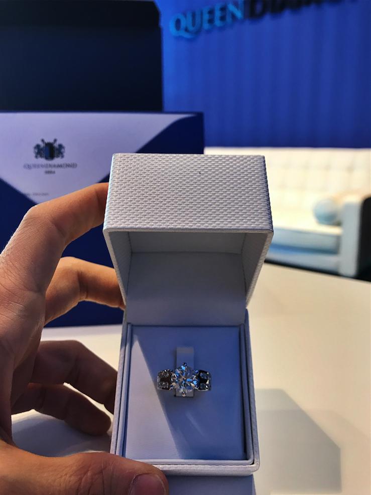 The Queen Diamond - 3,13 ct Zentraldiamant + 0,77 ct Seitensteine DIAMANTRING IN WEISSGOLD