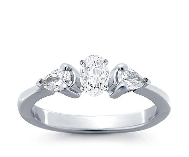 The Queen Diamond - 0,30 ct Zentraldiamant + 0,30 ct Seitensteine Diamantring in Weissgold