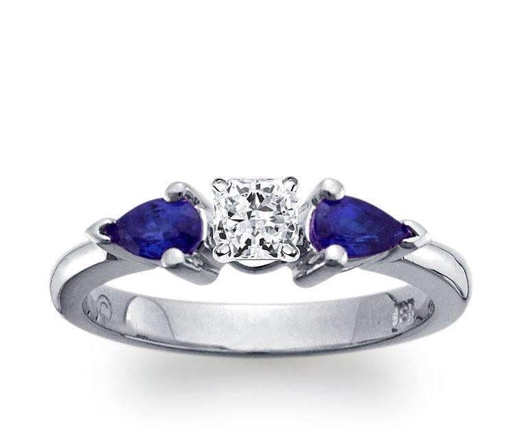 The Queen Diamond - 0,40 ct Zentraldiamant + 0,30 ct Seitensteine Saphir Diamantring in Weissgold