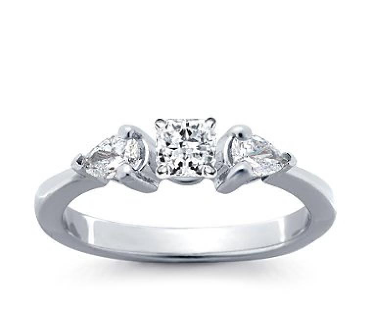 The Queen Diamond - 0,40 ct Zentraldiamant + 0,30 ct Seitensteine Diamantring in Weissgold