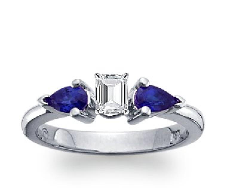 The Queen Diamond - 0,30 ct Zentraldiamant + 0,30 ct Seitensteine Saphir Diamantring in Weissgold