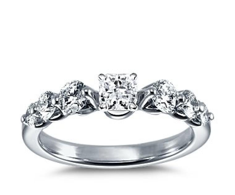 The Queen Diamond - 0,30 ct Zentraldiamant + 0,70 ct Seitensteine Diamantring in Weissgold
