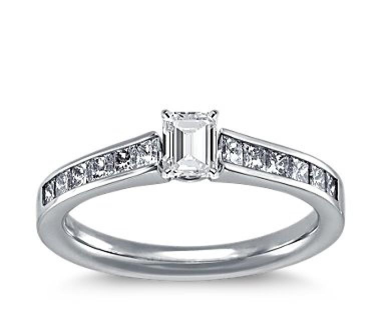 The Queen Diamond - 0,30 ct Zentraldiamant + 0,40 ct Seitensteine Diamantring in Weissgold