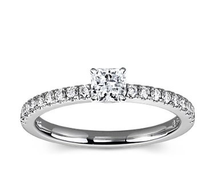 The Queen Diamond - 0,30 ct Zentraldiamant + 0,36 ct Seitensteine Diamantring in Weissgold