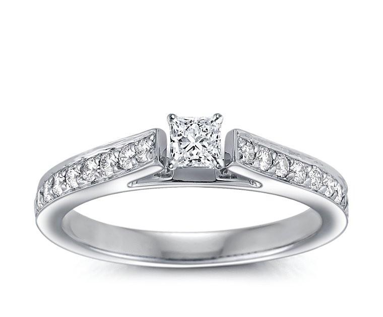 The Queen Diamond - 0,30 ct Zentraldiamant + 0,64 ct Seitensteine Diamantring in Weissgold