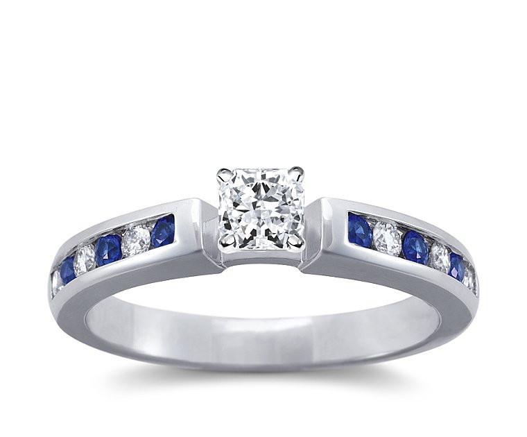 The Queen Diamond - 0,30 ct Zentraldiamant + 0,20 ct Seitensteine / 0,20 ct Saphir Diamantring in Weissgold