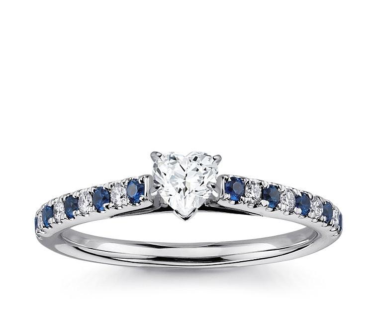 The Queen Diamond - 0,20 ct Zentraldiamant + 0,20 ct Seitensteine / 0,20 ct Saphir Diamantring in Weissgold