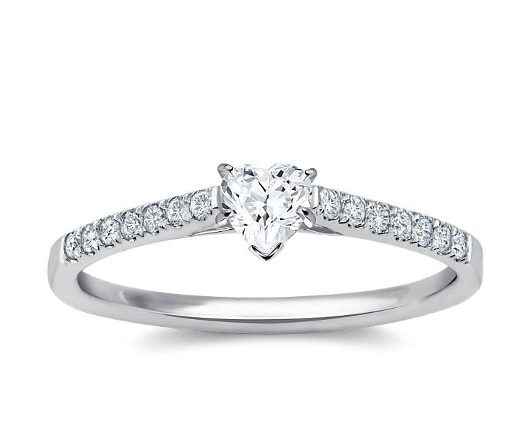 The Queen Diamond - 0,30 ct Zentraldiamant + 0,42 ct Seitensteine Diamantring in Weissgold