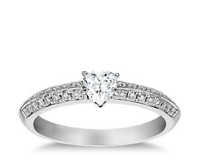 The Queen Diamond - 0,20 ct Zentraldiamant + 0,64 ct Seitensteine Diamantring in Weissgold
