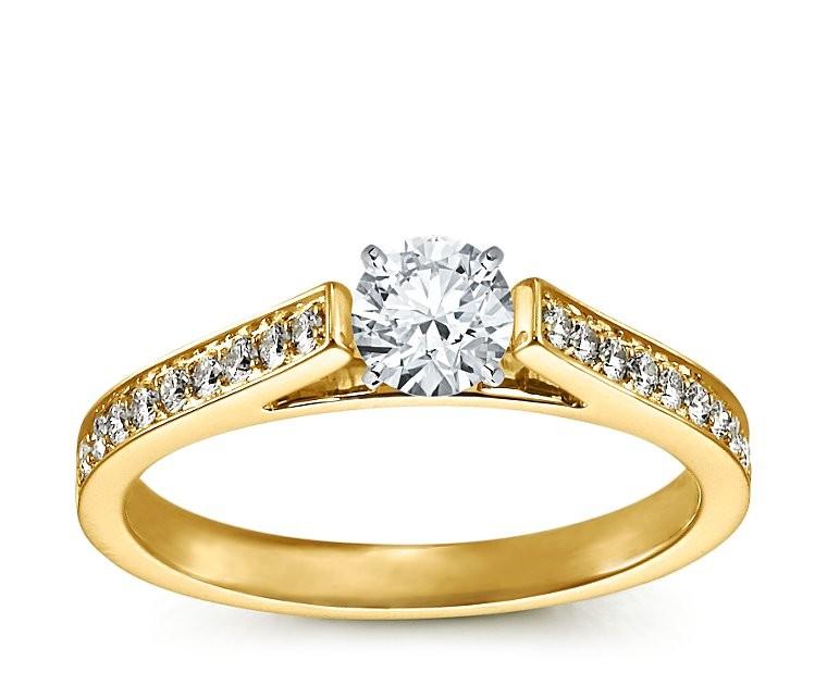The Queen Diamond - 0,20 ct  Zentraldiamant + 0,48 ct Seitensteine Diamantring in Gelbgold