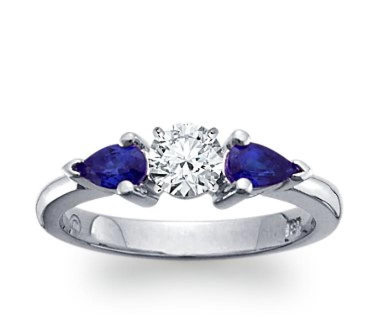 The Queen Diamond - 0,20 ct Zentraldiamant + 0,30 ct Seitensteine Saphir Diamantring in Weissgold