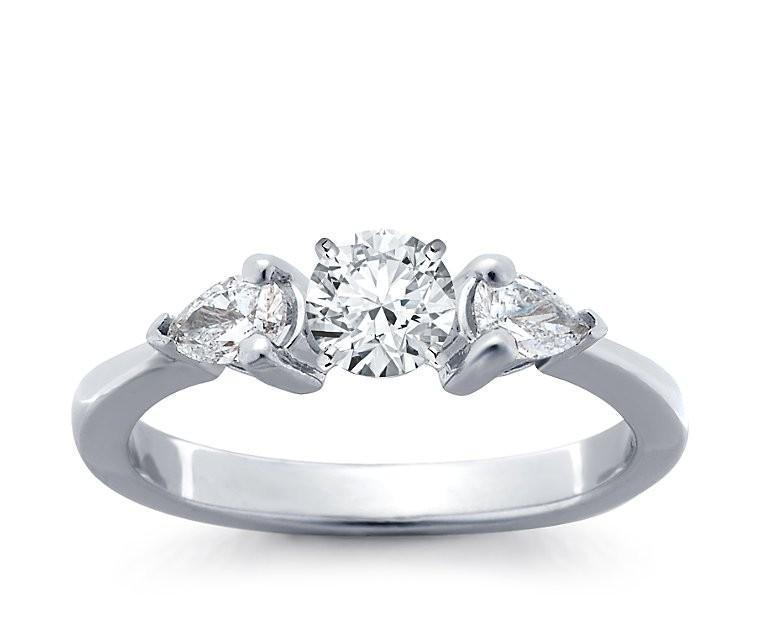 The Queen Diamond - 0,20 ct Zentraldiamant + 0,30 ct Seitensteine Diamantring in Weissgold