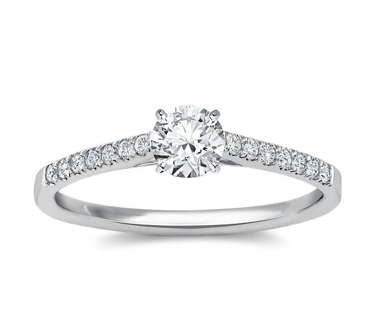 The Queen Diamond - 0,40 ct Zentraldiamant + 0,42 ct Seitensteine Diamantring in Weissgold