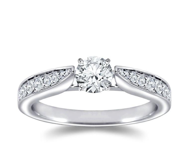 The Queen Diamond - 0,20 ct Zentraldiamant + 0,48 ct Seitensteine Diamantring in Weissgold