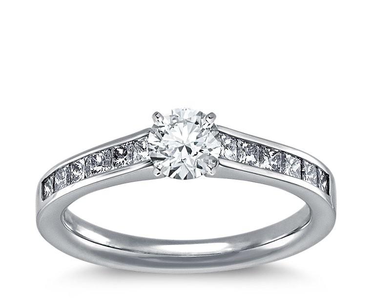 The Queen Diamond - 0,20 ct Zentraldiamant + 0,40 ct Seitensteine Diamantring in Weissgold