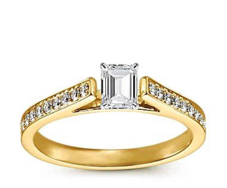 The Queen Diamond - 0,30 ct Zentraldiamant + 0,48 ct Seitensteine Diamantring in Gelbgold