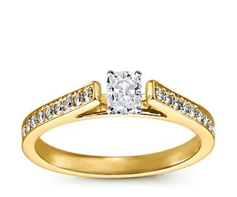 The Queen Diamond - 0,40 ct Zentraldiamant + 0,48 ct Seitensteine Diamantring in Gelbgold