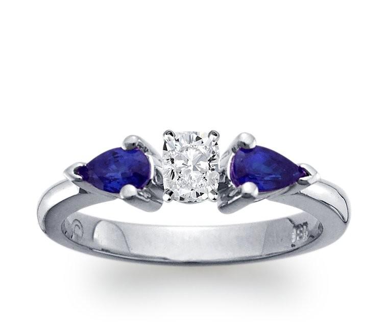 The Queen Diamond - 0,40 ct Zentraldiamant + 0,30 ct Seitensteine + Saphir Diamantring in Weissgold