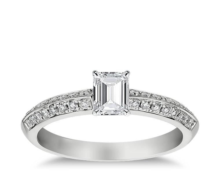 The Queen Diamond - 0,40 ct Zentraldiamant + 0,64 ct Seitensteine Diamantring in Weissgold
