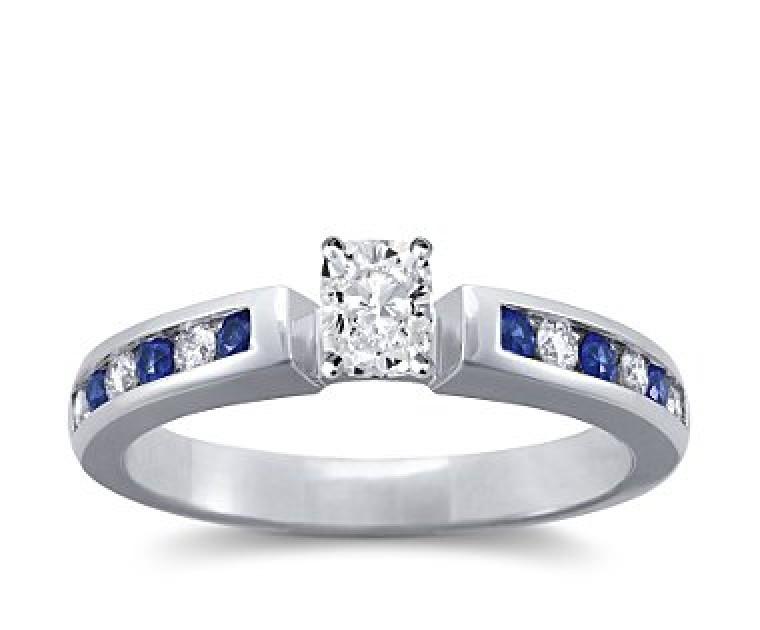 The Queen Diamond - 0,40 ct Zentraldiamant + 0,20 ct Seitensteine / 0,20 ct Saphir Diamantring in Weissgold