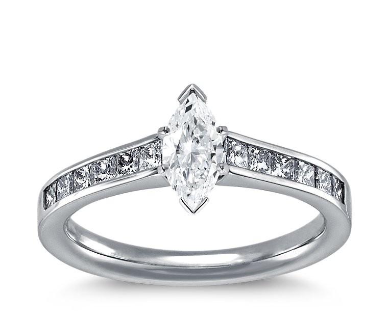 The Queen Diamond - 0,40 ct Zentraldiamant + 0,40 ct Seitensteine Diamantring in Weissgold
