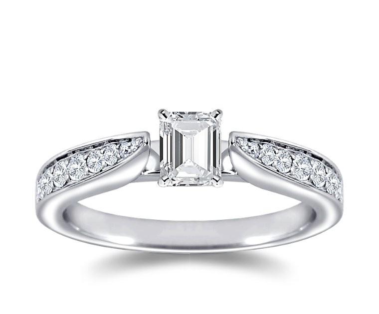 The Queen Diamond - 0,40 ct Zentraldiamant + 0,48 ct Seitensteine Diamantring in Weissgold
