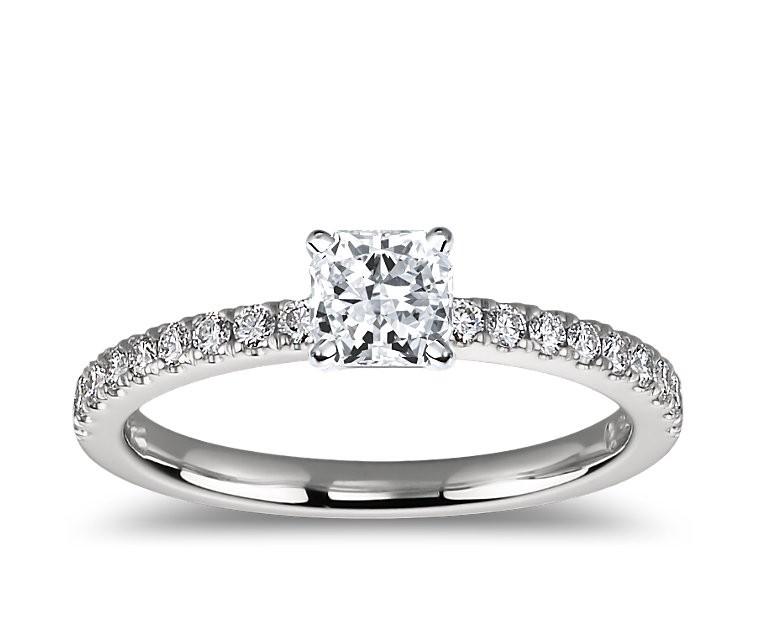 The Queen Diamond - 0,70 ct Zentraldiamant + 0,60 ct Seitensteine Diamantring in Weissgold