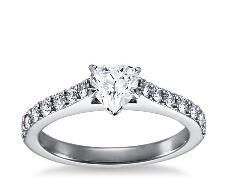The Queen Diamond - 0,70 ct Zentraldiamant + 0,70 ct Seitensteine Diamantring in Weissgold