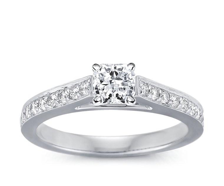 The Queen Diamond - 0,70 ct Zentraldiamant + 0,40 ct Seitensteine Diamantring in Weissgold