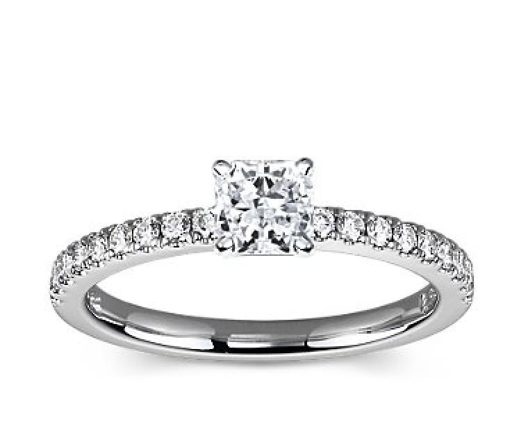 The Queen Diamond - 0,70 ct Zentraldiamant + 0,36 ct Seitensteine Diamantring in Weissgold