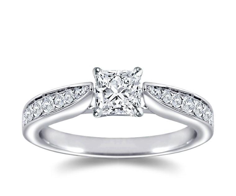 The Queen Diamond - 0,70 ct Zentraldiamant + 0,48 ct Seitensteine Diamantring in Weissgold