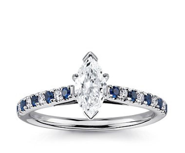 The Queen Diamond - 0,70 ct Zentraldiamant + 0,20 ct Seitensteine / 0,20 ct Saphir Diamantring in Weissgold