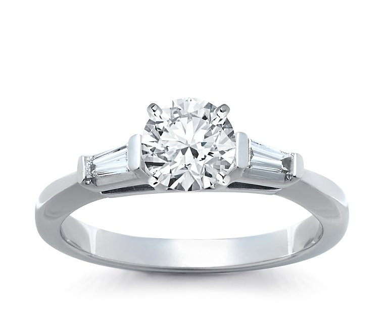 The Queen Diamond - 1,00 ct Zentraldiamant + 0,30 ct Seitensteine Diamantring in Weissgold
