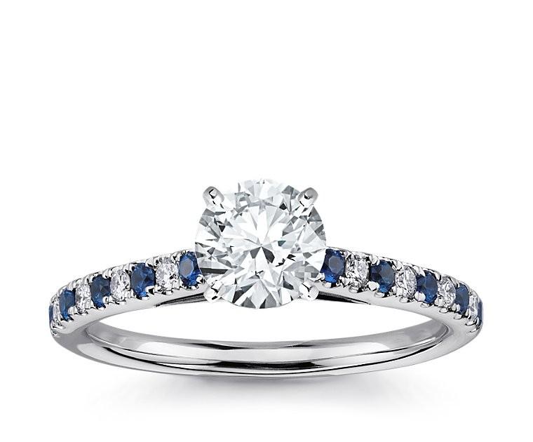 The Queen Diamond - 1,00 ct Zentraldiamant + 0,20 ct Seitensteine / 0,20 ct Saphir Diamantring in Weissgold