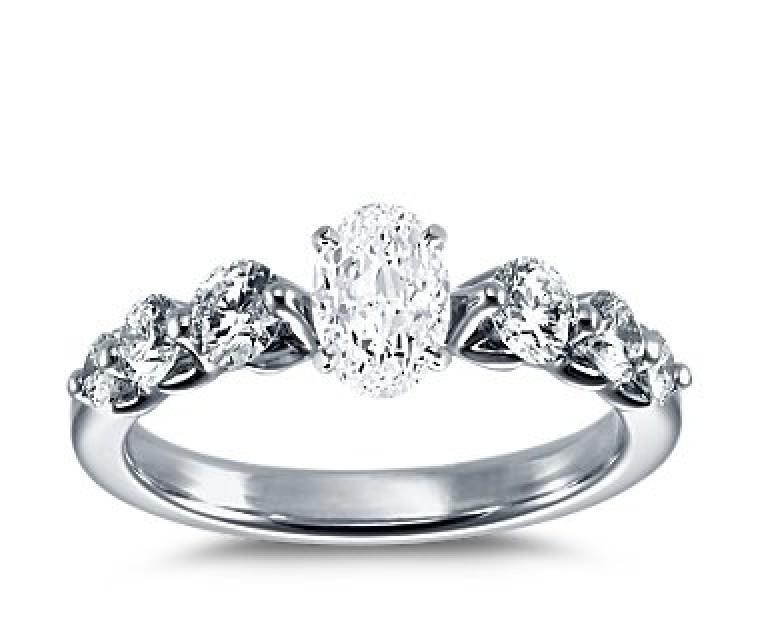 The Queen Diamond - 1,00 ct Zentraldiamant + 0,70 ct Seitensteine Diamantring in Weissgold