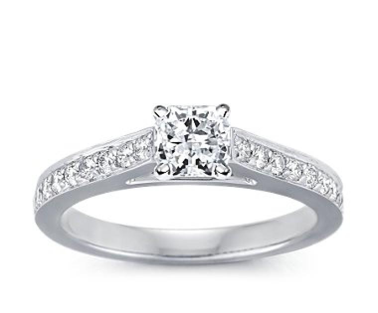 The Queen Diamond - 1,00 ct Zentraldiamant + 0,40 ct Seitensteine Diamantring in Weissgold