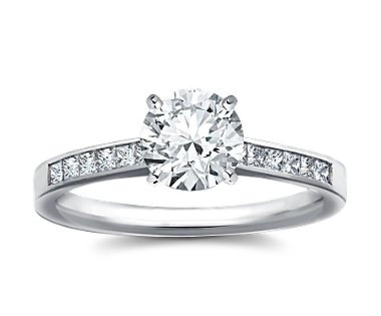 The Queen Diamond - 1,50 ct Zentraldiamant + 0,60 ct Seitensteine Diamantring in Weissgold