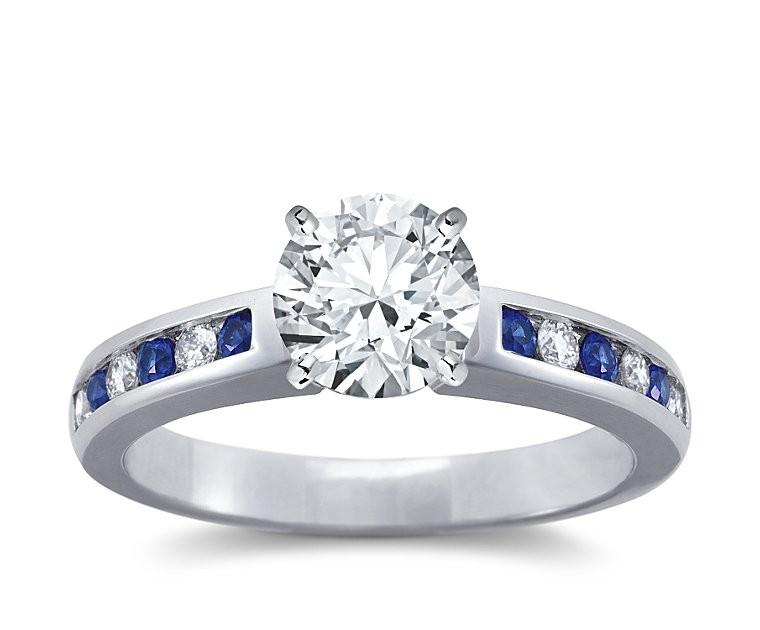 The Queen Diamond - 1,50 ct Zentraldiamant + 0,20 ct Seitensteine / 0,20 ct Saphir Diamantring in Weissgold