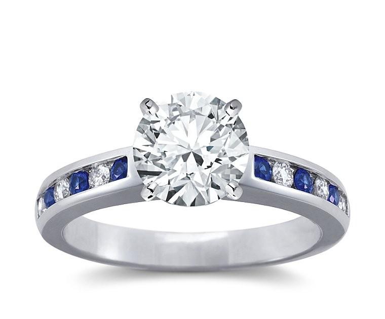 The Queen Diamond - 2,00 ct Zentraldiamant + 0,20 ct Seitensteine / 0,20 ct Saphir Diamantring in Weissgold