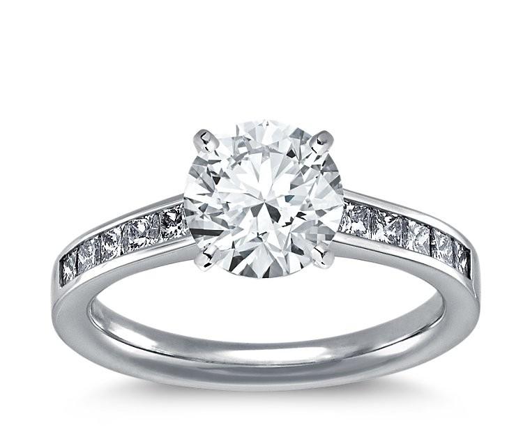 The Queen Diamond - 2,00 ct Zentraldiamant + 0,40 ct Seitensteine Diamantring in Weissgold