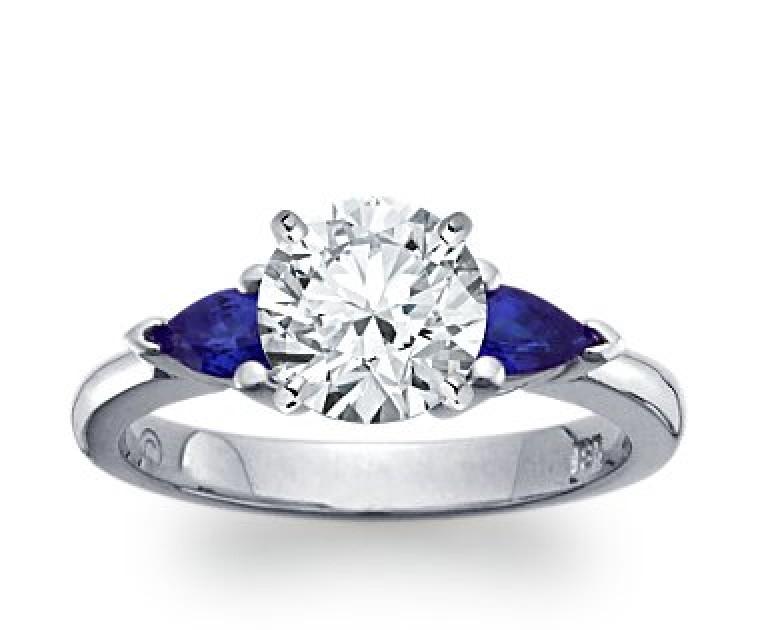 The Queen Diamond - 2,00 ct Zentraldiamant + 0,30 ct Seitensteine Saphir Diamantring in Weissgold