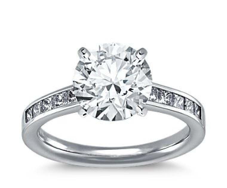 The Queen Diamond - 2,50 ct Zentraldiamant + 0,40 ct Seitensteine Diamantring in Weissgold
