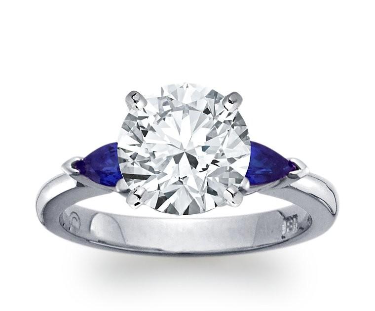 The Queen Diamond - 3,00 ct Zentraldiamant + 0,30 ct Seitensteine Saphir Diamantring in Weissgold