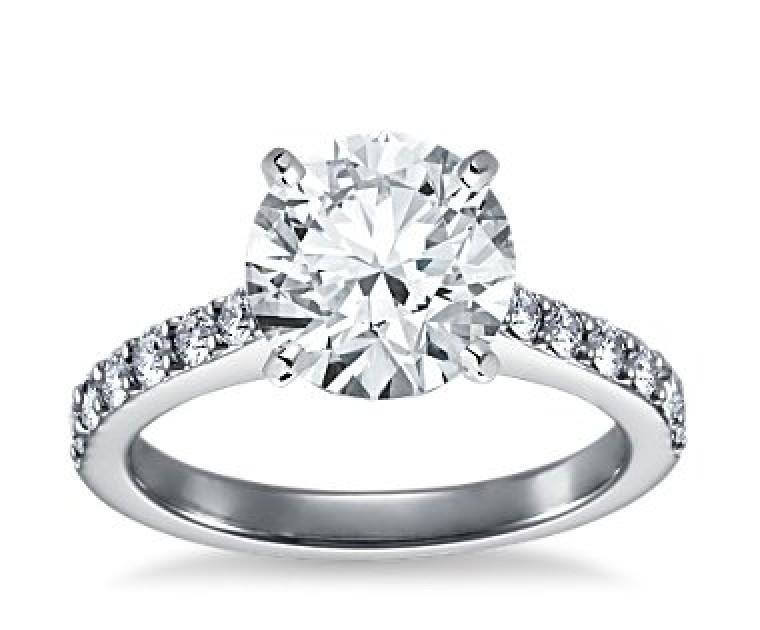 The Queen Diamond - 3,00 ct Zentraldiamant + 0,70 ct Seitensteine Diamantring in Weissgold
