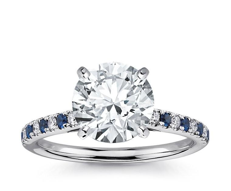 The Queen Diamond - 3,00 ct Zentraldiamant + 0,20 ct Seitensteine / 0,20 ct Saphir Diamantring in Weissgold